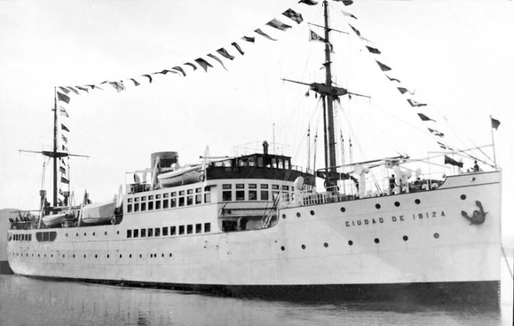 """El buque """"Ciudad de Ibiza"""", empavesado, el día de su entrega oficial"""