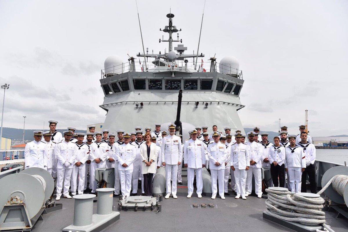 """Los reyes Felipe VI y Juan Carlos I, la ministra de Defensa y el AJEMA, con la dotación del BAM """"Tornado"""""""