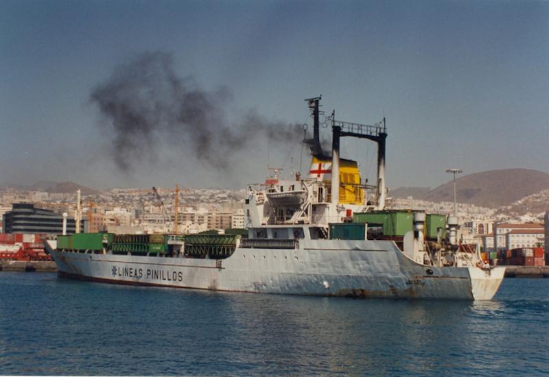 """El buque """"Darro"""" maniobra en una de sus últimas escalas en el puerto de Santa Cruz de Tenerife"""