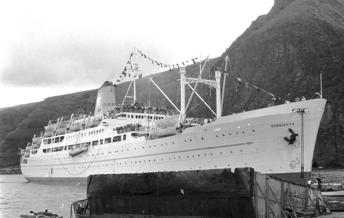 """El trasatlántico """"Surriento"""", a su llegada al puerto de Santa Cruz de La Palma"""