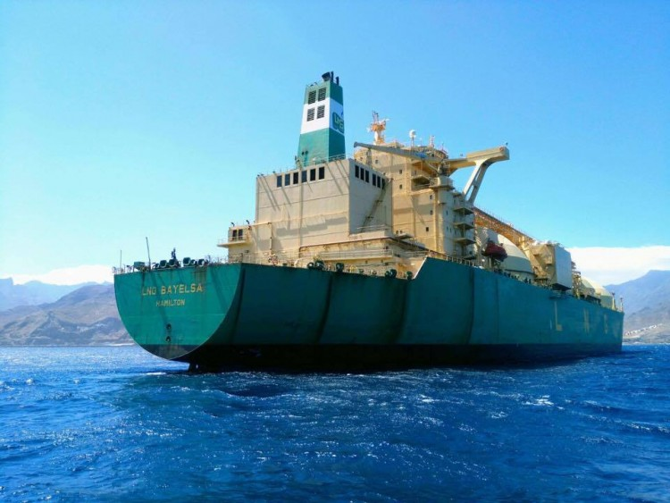 """El buque """"LNG Bayelsa"""", visto por la aleta de estribor"""