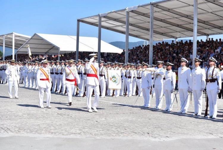 Felipe VI pasa revista a las fuerzas que le rinden honores en la Escuela Naval