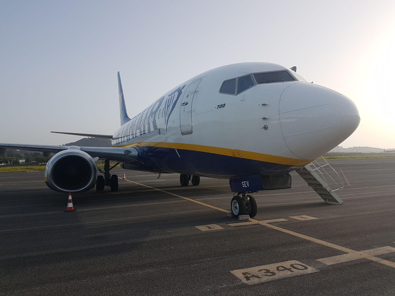 Avión B-737 serie -700 que llegó con mecánicos y materiales procedente de Stansted