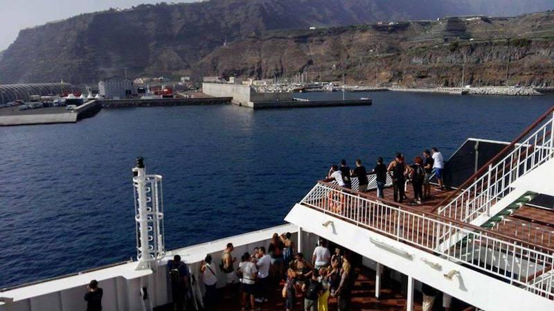 """El puerto de Tazacorte, visto desde la popa del buque """"Volcán de Taburiente"""""""