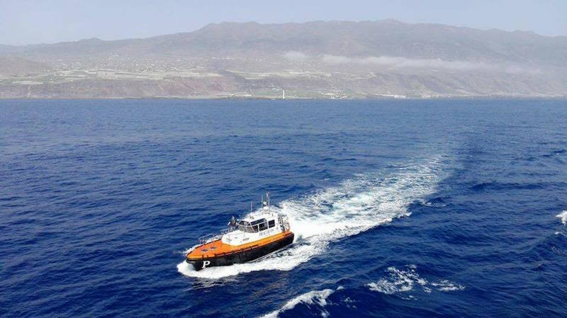 """La falúa con el práctico Francisco Noguerol sale al encuentro del buque """"Volcán de Taburiente"""""""