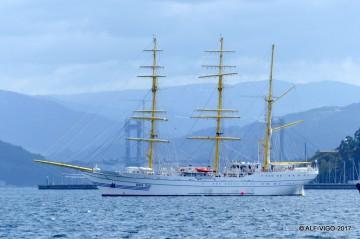 """El buque-escuela indonesio """"KRI Bima Suci"""", en aguas de la ría de Vigo"""