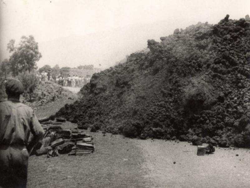 La lava corta la carretera general del sur