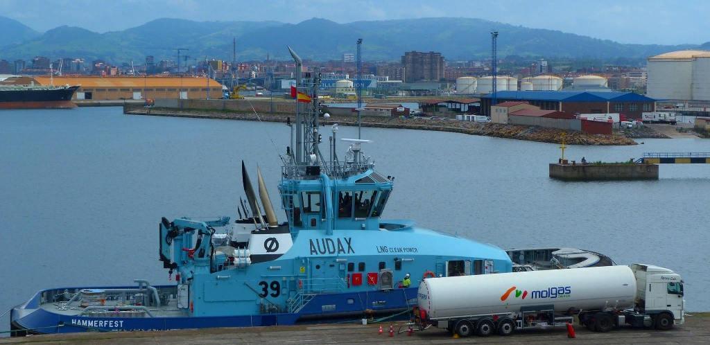 En el puerto de El Musel, suministrándose gas natural por cuba