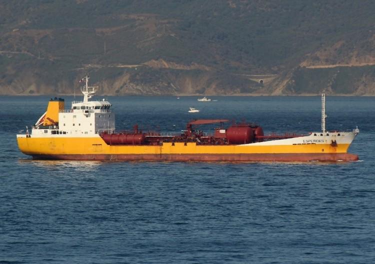 """El petrolero panameño """"Esperides·, ayer, fondeado en Gibraltar"""