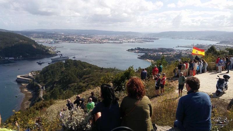 Desde el mirador de A Bailadora, el convoy sale por la ría de Ferrol