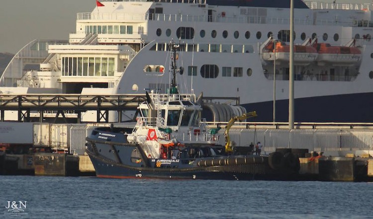 """El remolcador """"Juangonzález"""" se encuentra posicionado en el puerto de Algeciras"""