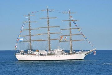 "La fragata ARA ""Libertad"", a su salida del puerto de Barcelona"