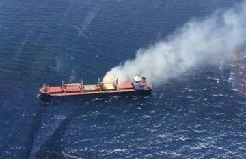 """El bulkcarrier """"Cheshire"""" sigue a flote. En la imagen, visto desde el helicóptero de Salvamento Marítimo"""