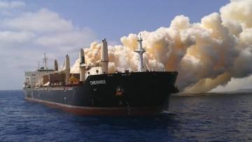 "La columna de gases tóxicos impide subir a bordo del buque ""Cheshire"""