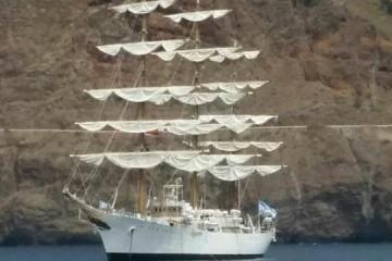 """la fragata argentina """"Libertad"""", fondeada a la espera de entrar mañana"""