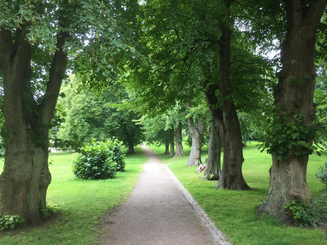 Los jardines que rodean la iglesia respiran una gran paz