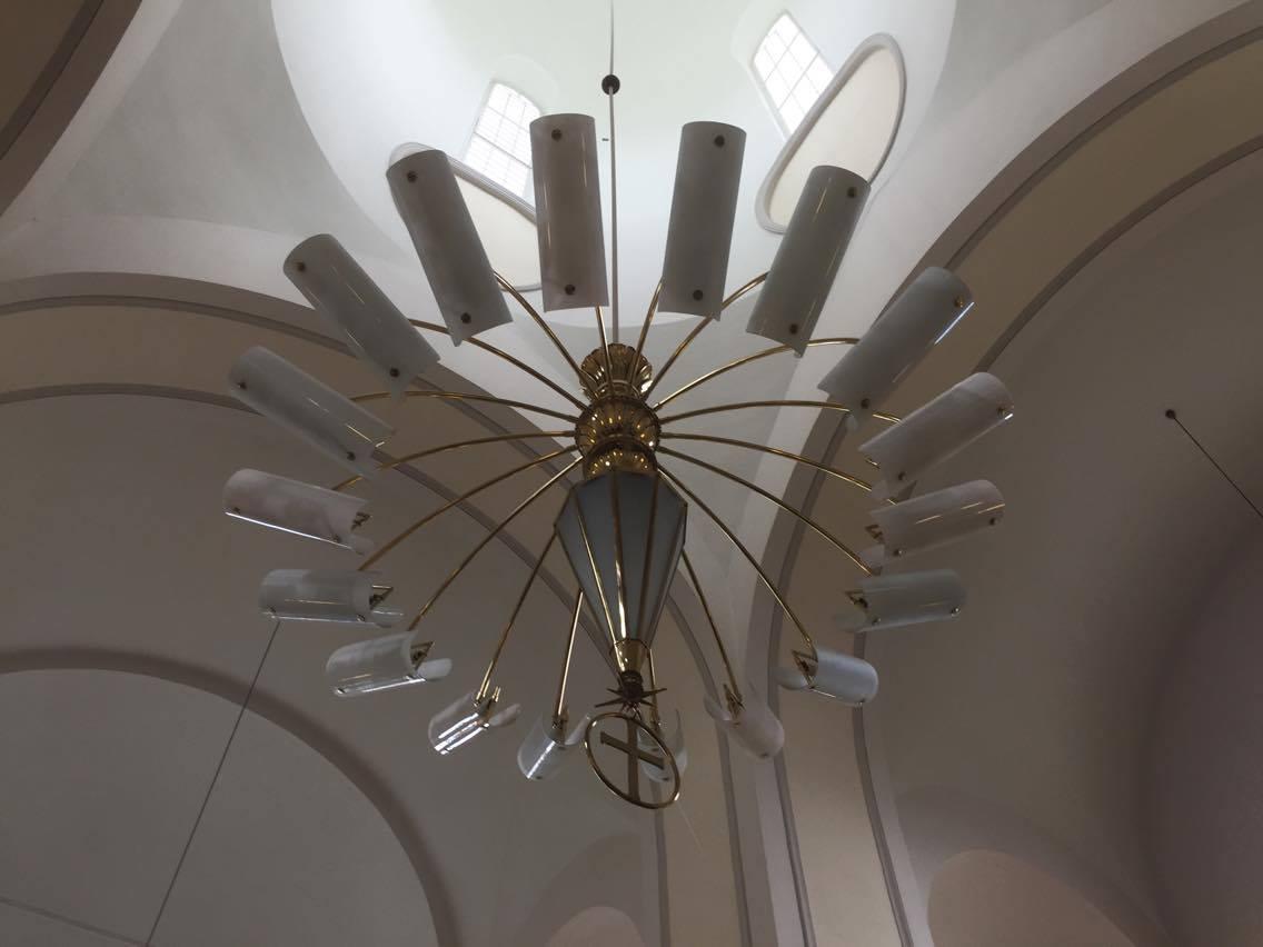 Una lámpara de diseño finlandés cuelga desde el cimborrio