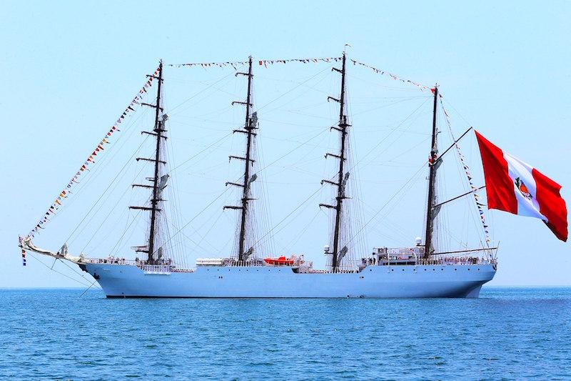 """El buque-escuela peruano """"Unión"""", visto en toda su eslora por la banda de babor"""