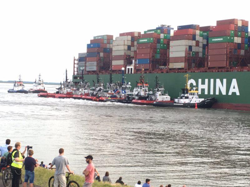 """Una docena de remolcadores participaron en el reflotamiento del buque """"CSCL Júpiter"""""""