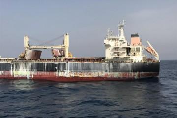 Los efectos de la combustión, visibles en el costado de babor del buque