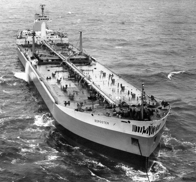 """Panorámica del petrolero noruego """"Borgsten"""", en sus pruebas de mar"""