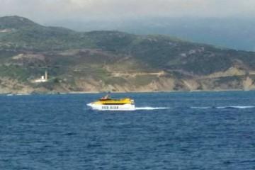 """El catamarán """"Benchi Express"""" navegando frente a Punta Carnero"""