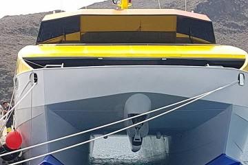 """Vista de proa del catamarán """"Benchi Express"""""""