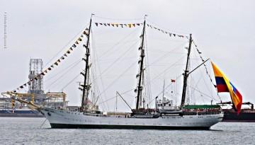 """El buque-escuela ARC """"Gloria"""", fondeado en el interior de la bahía, a la espera de atraque"""
