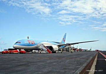 El avión de TUI Netherlands, en la plataforma del aeropuerto de La Palma