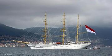 """El buque-escuela indonesio """"KRI Bima Suci"""", a su salida de la ría de Vigo"""