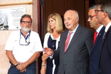 Ricardo Melchior, en su intervención. A la izquierda de la foto, el autor de la placa, Francisco Noguerol