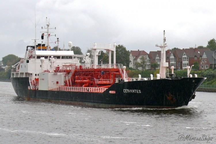 """El buque gasero """"Cervantes"""", navegando por el canal de Kiel"""