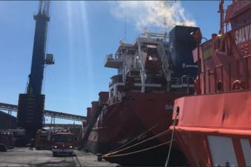 """El humo sale por la chimenea del buque """"Bahía de Alcudia"""""""