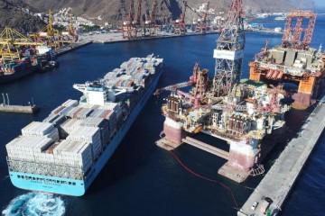 """El buque """"Maersk Guayaquil"""", en su primera maniobra en el puerto de Santa Cruz de Tenerife"""