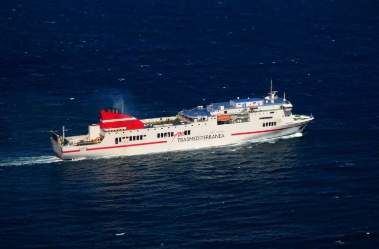 """El ferry """"Albayzin"""" permanece en reparaciones en el puerto de Cádiz"""