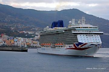 """El buque """"Britannia"""" maniobra para atracar babor al muelle en el puerto de Santa Cruz de La Palma"""