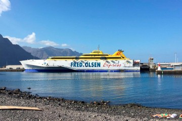 """El buque """"Benchijigua Express"""", ayer, en el puerto de Las Nieves, Agaete"""