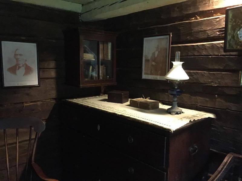Esta cómoda es el único mueble de la estancia de Aleksis Kivi