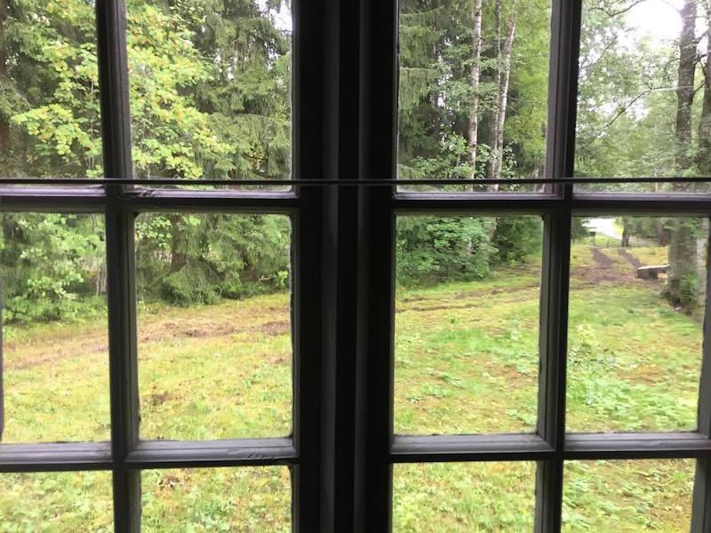 Por esta ventana vieron los ojos de Aleksis Kivi el transcurrir de sus tristes días