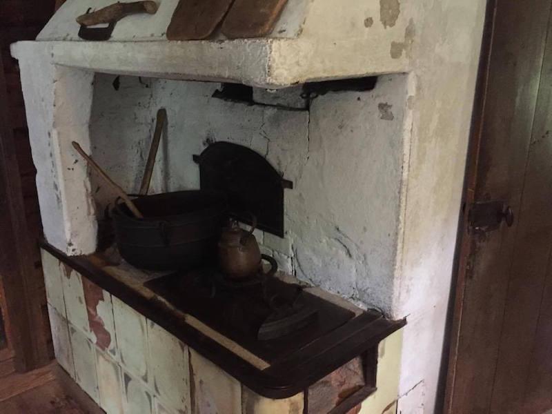 Cocina y chimenea de la casita de Aleksis Kivi