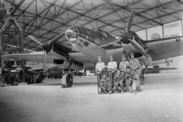 Un grupo de militares posa delante de un avión He-111E en la base aérea de Son San Juan (Mallorca)