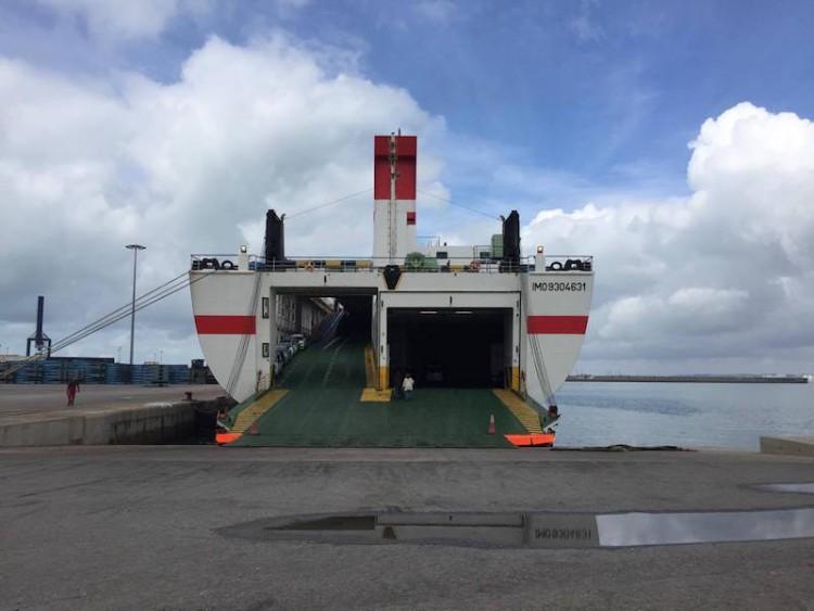 """El ferry """"Albayzin"""", visto de popa, atracado en el puerto de Cádiz"""