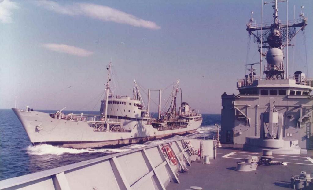 """Abasteciéndose combustible en alta mar desde el petrolero """"Teide"""""""