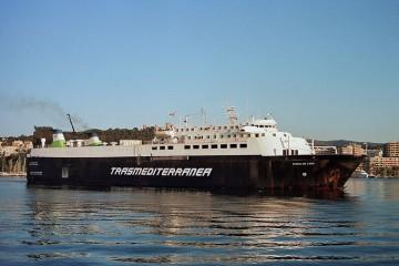 """El buque """"Ciudad de Cádiz"""", en aguas del puerto de Palma"""