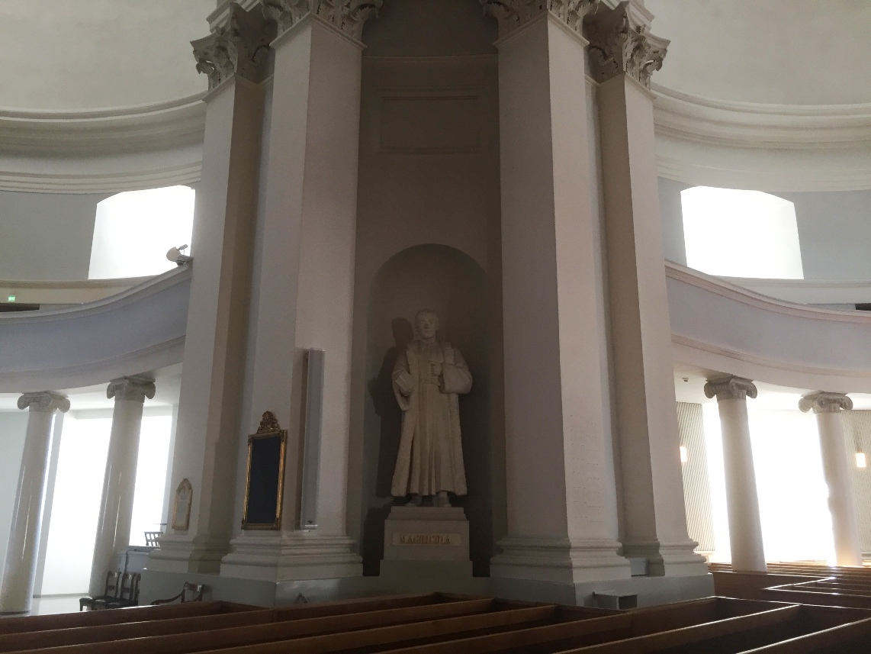 Catedral luterana de Helsinki, Estatua de