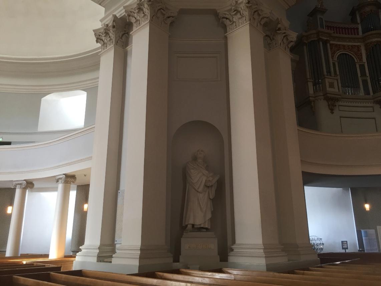Catedral luterana de Helsinki. Estatua de Martín Lutero