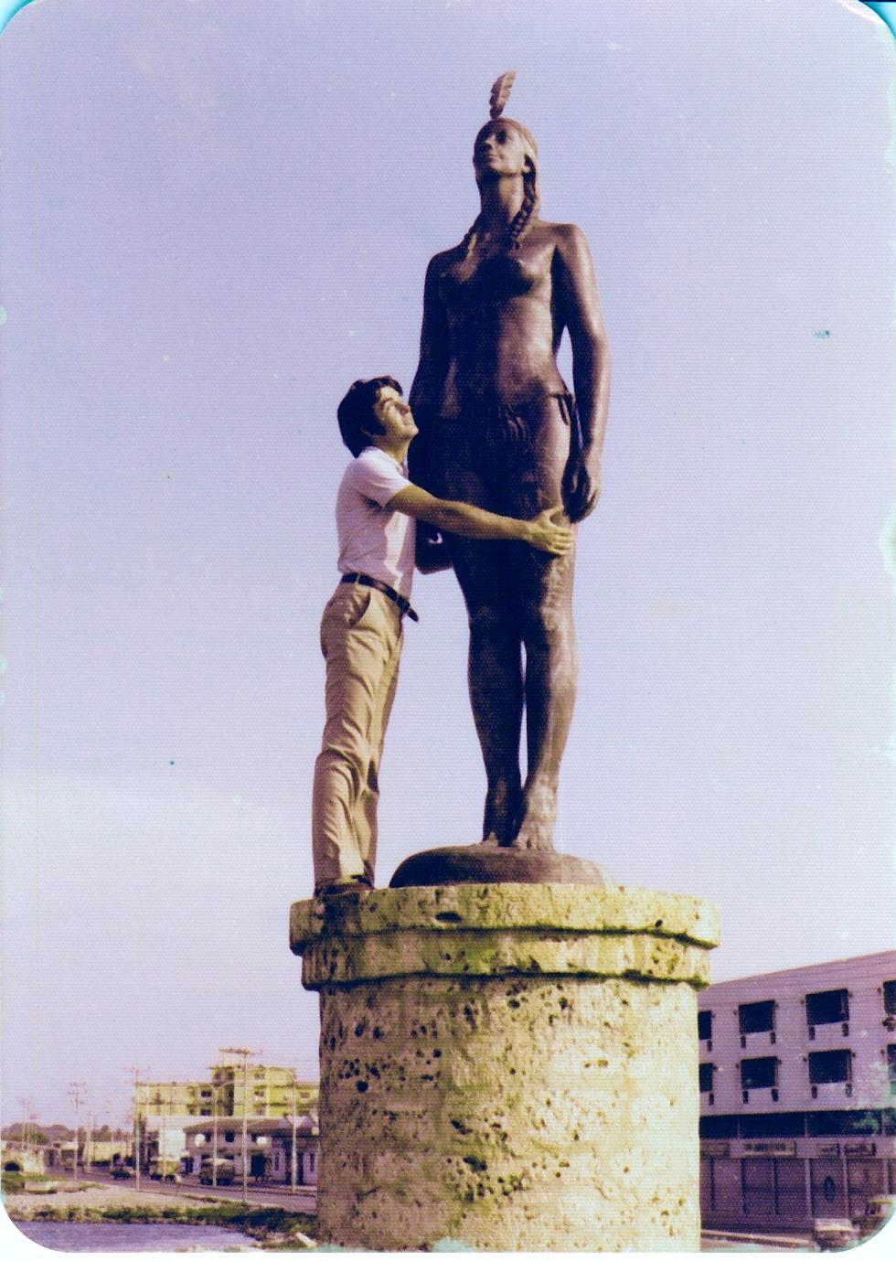 El autor abraza la estatua de la India Catalina, levantada en Cartagena de Indias