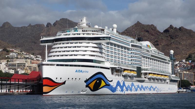 La llamativa proa del buque, evocación de otra época de la navegación