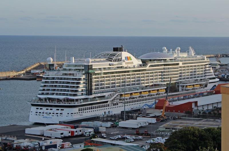 La mole del megacrucero destaca en el entorno portuario de la ciudad
