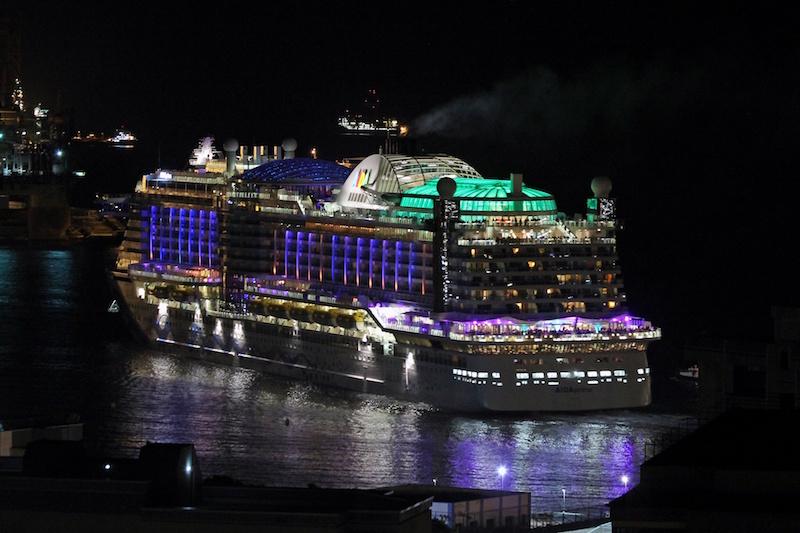 """Así lucia, esta noche la salida del buque """"AIDAprima"""""""